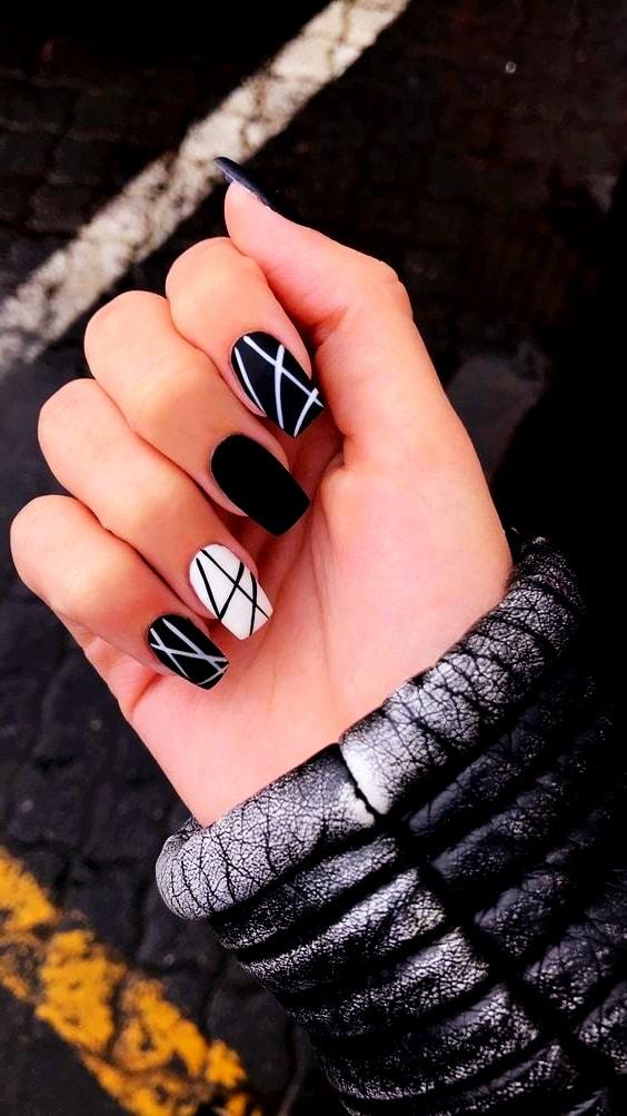 uñas de gel negras monocromáticas