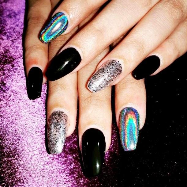 Uñas de gel negras holográficas
