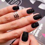 uñas de gel negras con glitter