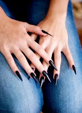 diseño uñas de gel Stiletto